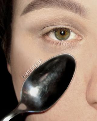 Astuce 9: faire refroidir une cuillere au congelateur pour, ensuite, la passer sur le contour des yeux pour reveiller le regard.