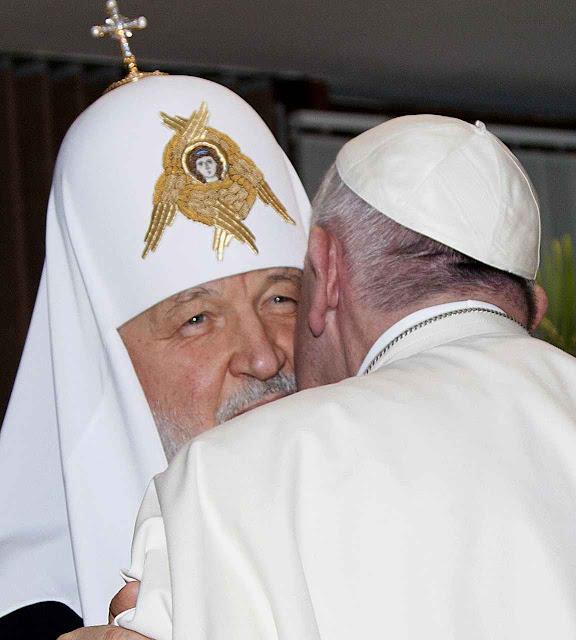 Francisco I beija chefe cismático russo no aeroporto de Havana
