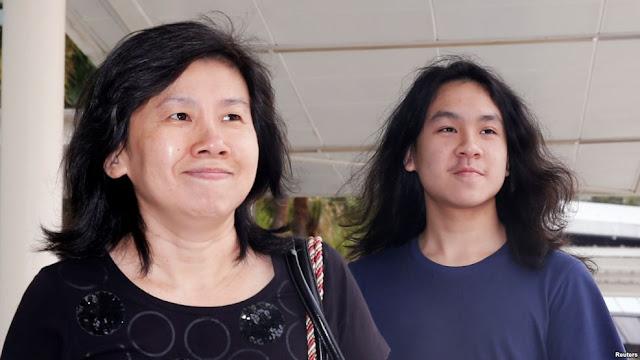 Blogger remaja Amos Yee (kanan) bersama ibunya di Pengadilan Negeri Singapura