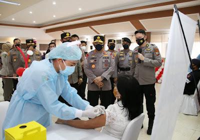 Kapolri Tinjau Vaksinasi  Massal di Sulawesi Utara