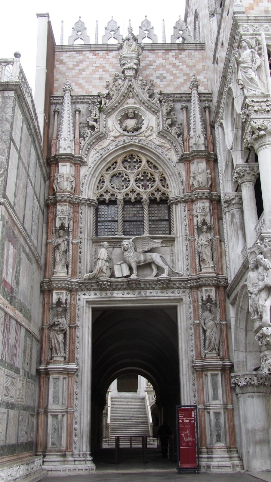 Fig. 2 Venezia, Palazzo Ducale - Ingresso Porta della Carta