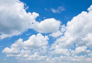las nubes sobre el cielo azul
