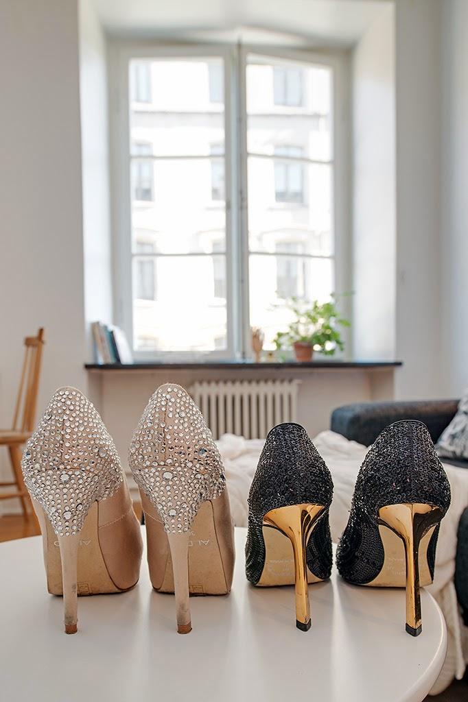 Zapatos en un piso de soltera