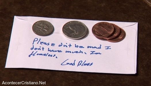 Indigente da monedas en diezmo y deja nota