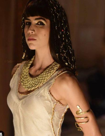 Foto da rainha egipcia com colar e peruca