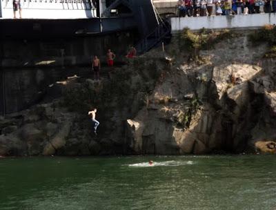 Meninos saltando da ponte Luis I no Porto