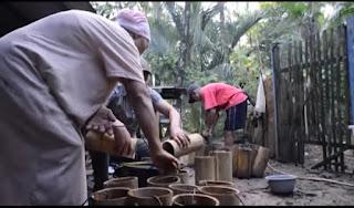 nira badeg kelapa dikumpulkan lalu disaring