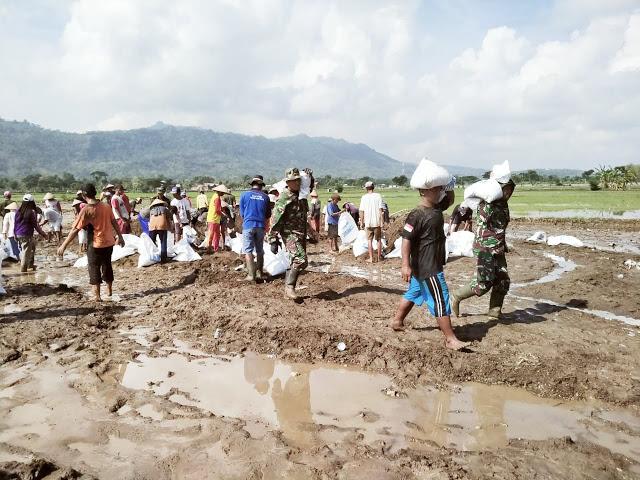 Tanggul Sungai Gamping Klaten Jebol, Prajurit TNI dan Warga Berjibaku Buat Tanggul Darurat