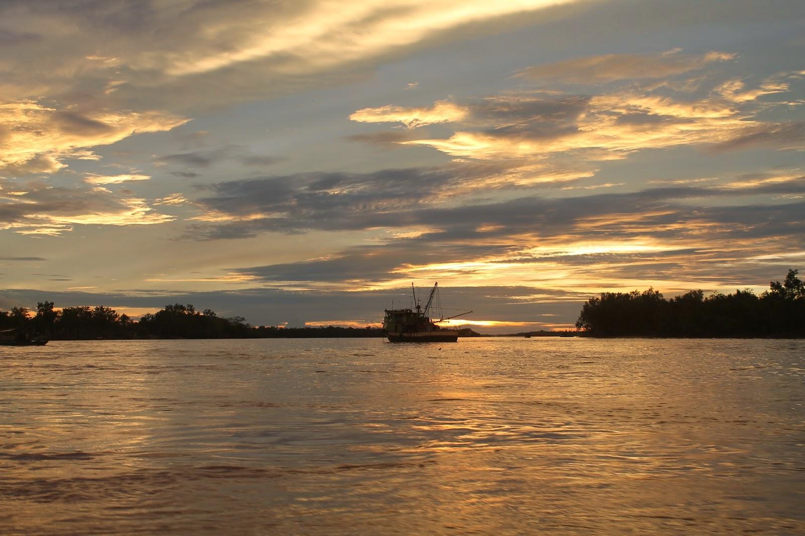 Pemandangan Senja Keemasan Yang Indah Di Kampung Pusabetong Sarawak