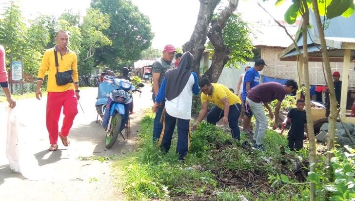Jajaran Pemdes dan Masyarakat Pattopakang Bersih Bersih Dengan Bergotong Royong