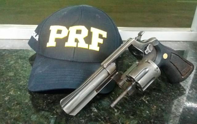 Trio é preso com arma roubada dentro de ônibus interestadual em Luís Eduardo Magalhães