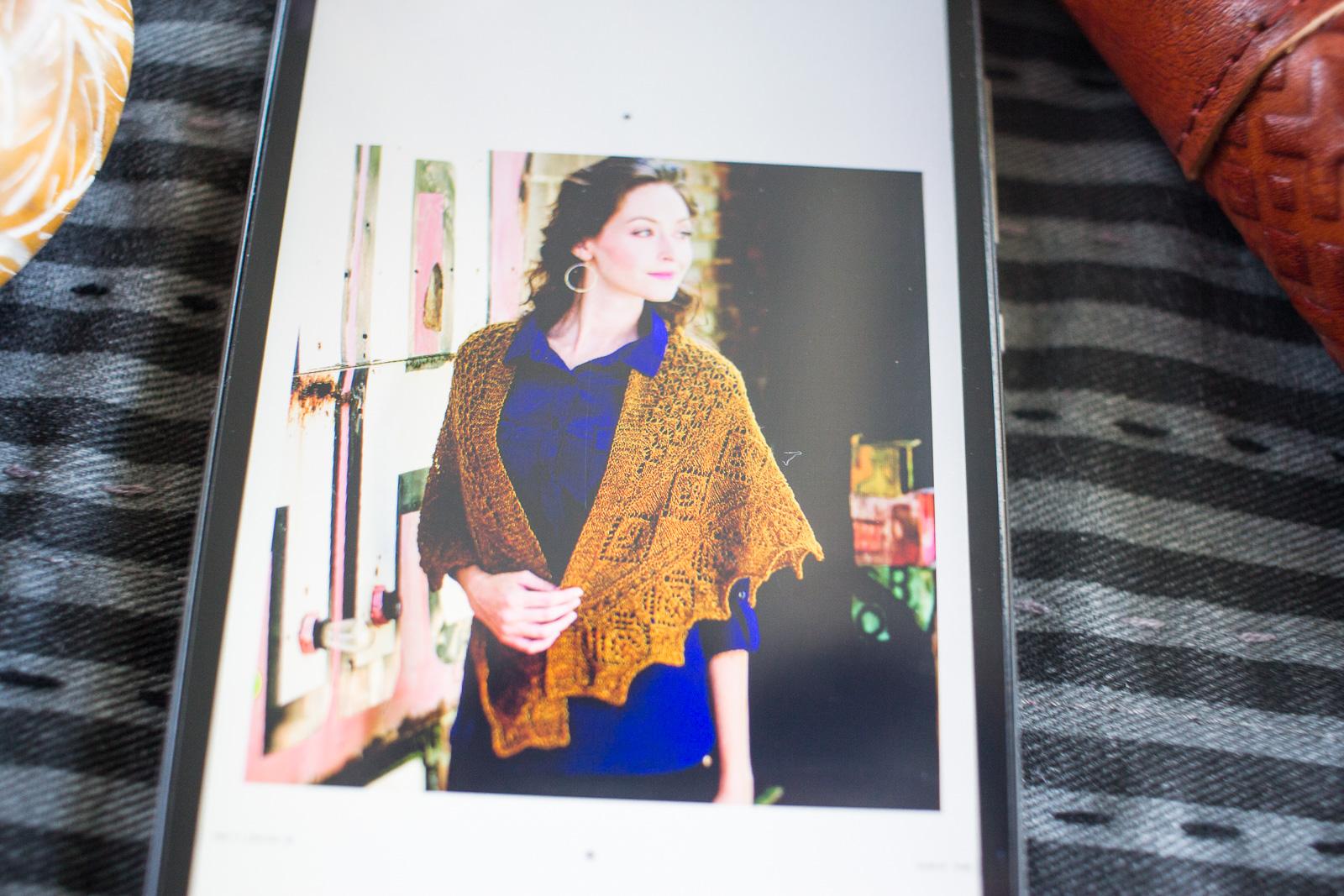 """Lace Dreieckstuch aus dem Buch """"Loops & Schals - Tolle Ideen zum Stricken"""" von Ann Budd, erschienen im Bassermann Verlag"""