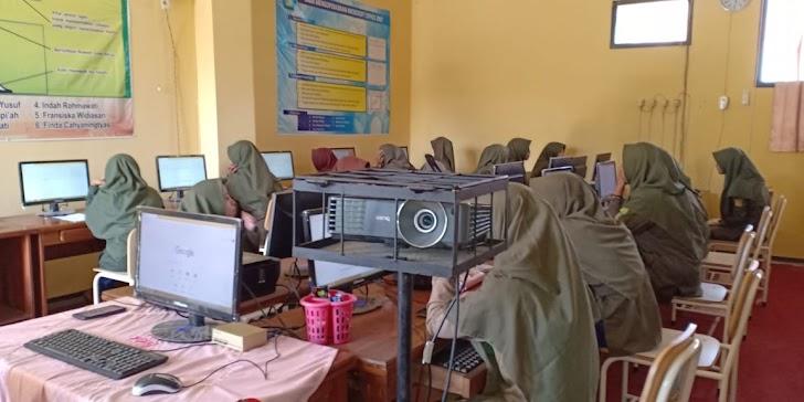 Murid Tata Busana SMK Muhammadiyah Trenggalek Ulangan Harian secara Online