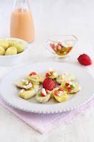 Alcachofas baby con vinagreta de crudités, fresas y huevo