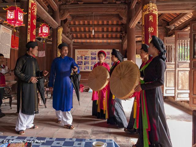 Cantanto Quan Ho, en el Templo Do - Vietnam por El Guisante Verde Project