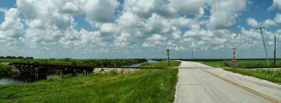Miami Canal, la calle en el tramo asfaltado y un cruce ferroviario