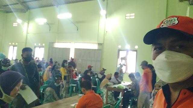 Abaikan Prokes, Penerimaan Bantuan BST di Desa Prampel Picu Kerumunan