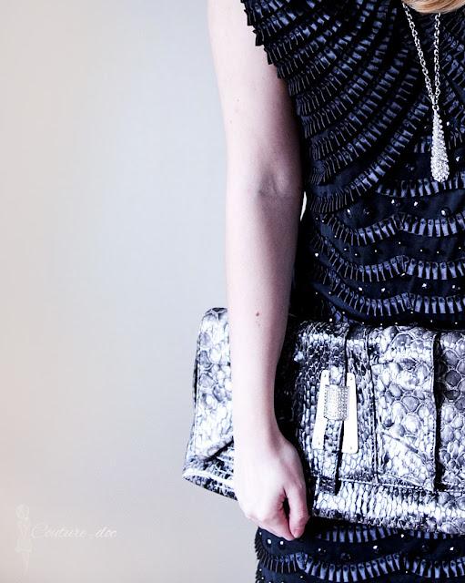 czarna sukienka, torebka ze skórki wężowej