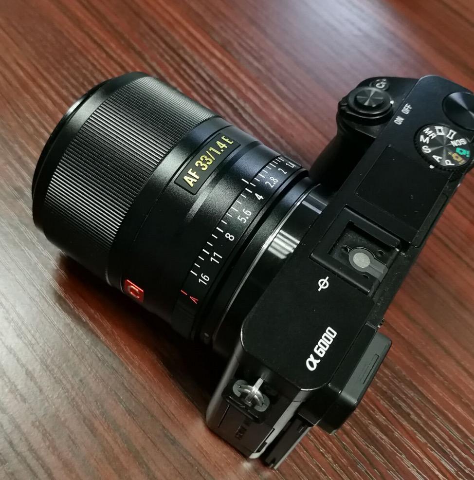 Объектив Viltrox AF 33mm f/1.4 E с камерой Sony A6000