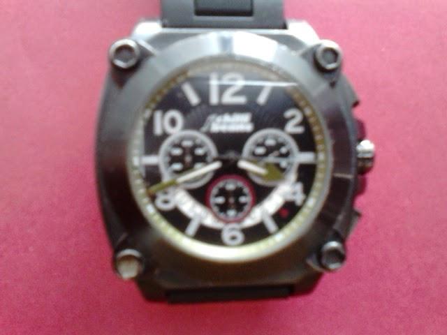 788831ad0 Relógio Chilli Beans com caixa em metal cromado pintada e fundo em aço  inoxidável rosqueado.