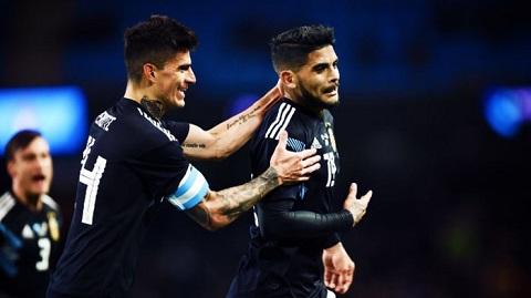 Diego Perotti (trái) từng đeo băng thủ quân trong trận giao hữu với Italia mới đây