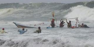 Keluarga Nelayan Nangis Histeris Saat Melihat Perahu Sedekah Laut Terbalik