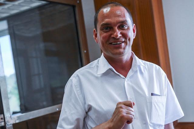 300 млн руб. (7,5 млн долларов) в 2011 г. потребовал депутат Госдумы К. Ширшов