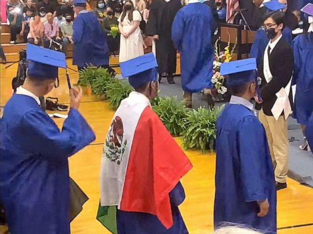 Kuzey Carolina öğrencisi, mezuniyet elbisesine Meksika bayrağı giydiği için diplomasını reddetti
