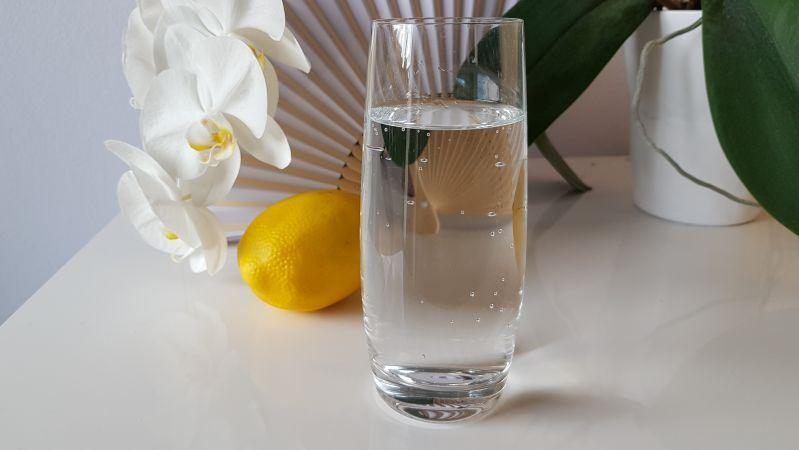 Gut für den Kreislauf: Viel zimmerwarmes Wasser mit einem Spritzer Zitronensaft