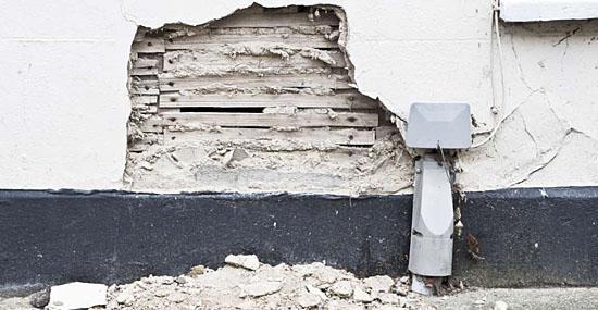 Pedreiros descobrem algo arrepiante escondido em parede de prédio em reforma - Capa