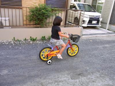 すでにある程度自転車の乗り方は知っているようです。