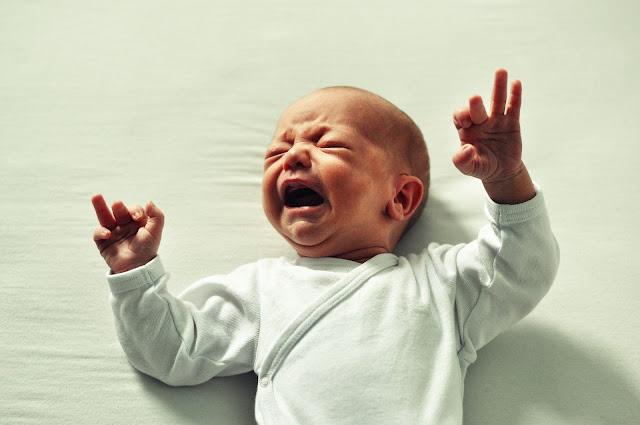 طفل جميل يبكي بشدة