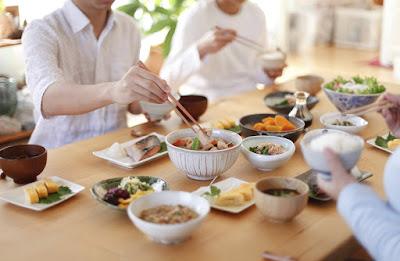 هل يؤثر تناول الطعام في أوقات محدد علي الوزن