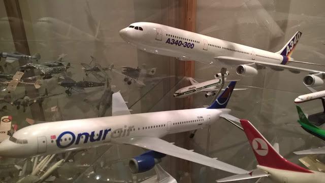 Maket Airbus A340-300 modeli ve maket Onurair Airbus A321 modeli. İstanbul Havacılık Müzesi.