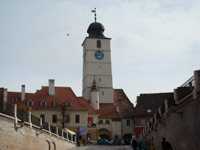 Turnul Sfatului cu cele două ganguri de trecere