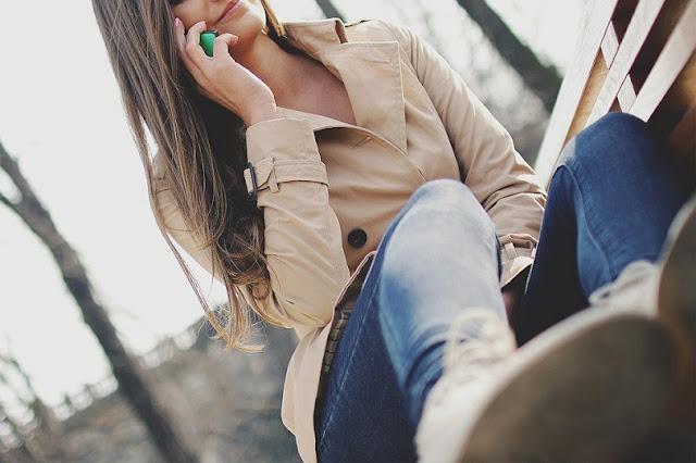 An Sex sind zwei Personen beteiligt, die eng miteinander verwandt sind. Es geht um Berührung und Augenkontakt, aber hier kommt Telefonsex mit einem Partner, der Tausende von Kilometern entfernt ist. Telefonsex gleicht den jetzt unmöglichen physischen Sex aus. Partner sind durch Karrieren mit Einsätzen getrennt von der häuslichen Umgebung getrennt. Viele Paare leben aufgrund von Jobs, Schule, Militärposten und vielen anderen weit voneinander entfernt. Es verweigert Paaren die Möglichkeit zur persönlichen Intimität. Um sicheren Telefonsex zu haben, muss sich Ihre Beziehung zum sexuellen Stadium entwickelt haben. Es wird zuerst von Schüchternheit verfolgt, aber mit der Zeit lernen Sie beide die Seile für ein angenehmeres Liebesspiel am Telefon. Viele Paare haben gestanden, dass Telefonsex keine lachende Angelegenheit ist. Sie müssen die anfänglichen Schwierigkeiten und Kinderkrankheiten überwinden, um sicheren Telefonsex zu haben.    Sicherer Telefonsex ist immer abenteuerlich. Das Betreten des Unbekannten ist immer mit viel Angst verbunden und gibt Ihnen eine gute Dosis Adrenalin. Telefonsex war etwas, das Sie noch nie zuvor hatten. Aber hier kommt eine Zeit, in der verzweifelte Situationen verzweifelte Maßnahmen erfordern. Ihr Partner muss auf einen Pflichtruf antworten. Aber heißt das, dass es das Ende Ihres Sexuallebens ist? Natürlich nicht. Erleben Sie das Abenteuer des Telefonsex. Zuerst mag es sich anfühlen, als würde man durch unbekannte Gewässer navigieren, aber wenn man sicher trainiert, übernimmt man das Kommando und nichts fühlt sich angenehmer an als Telefonsex. Es fühlt sich manchmal so real an. Genau wie dein Partner bei dir war. Es wird zu einem Ritual, nach dem Sie sich immer sehnen. Es schafft so viel Aufregung in dir. Es ist Liebesspiel in einem anderen Stil. Sex neu geladen.