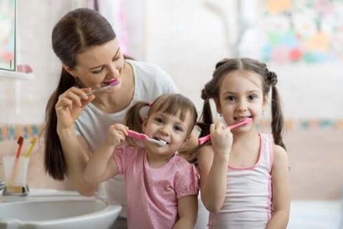 il-est-important-dapprendre-aux-enfants-de-se-brosser-les-dents