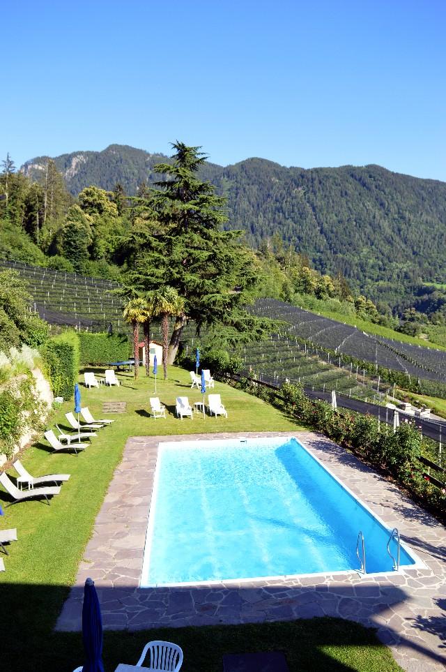 hotel con piscina merano scena
