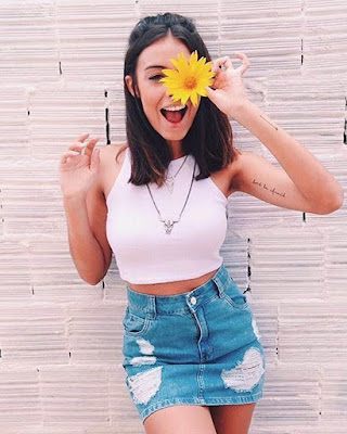 pose casual de verano tumblr con flor