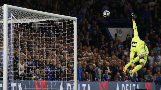 Henderson scores stunner as Liverpool beat Chelsea