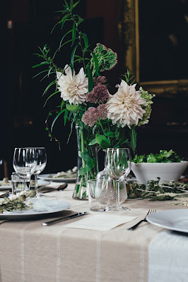 Mesa de boda con mantelería combinada con el resto de la decoración