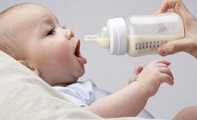Perlukah Susu Formula Sebagai Pendamping Makanan Padat Bayi?
