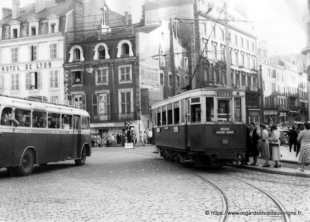 Tramway et autobus place de Jaude Clermont FD 1953