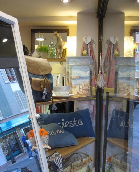 Mochila azul, cojín siesta, bandejas, figura caballo, llavero pez