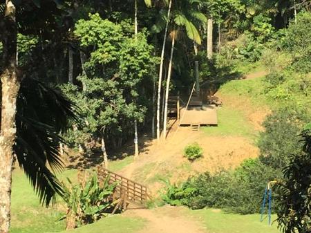 Menina de 7 anos fica ferida após cair de tirolesa em hotel fazenda