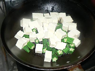 豆腐とオクラを炒める