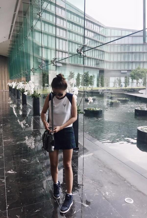 Xem mỹ nữ việt chọn giày Sneaker đế cao bắt cặp hoàn hảo cùng váy h13è