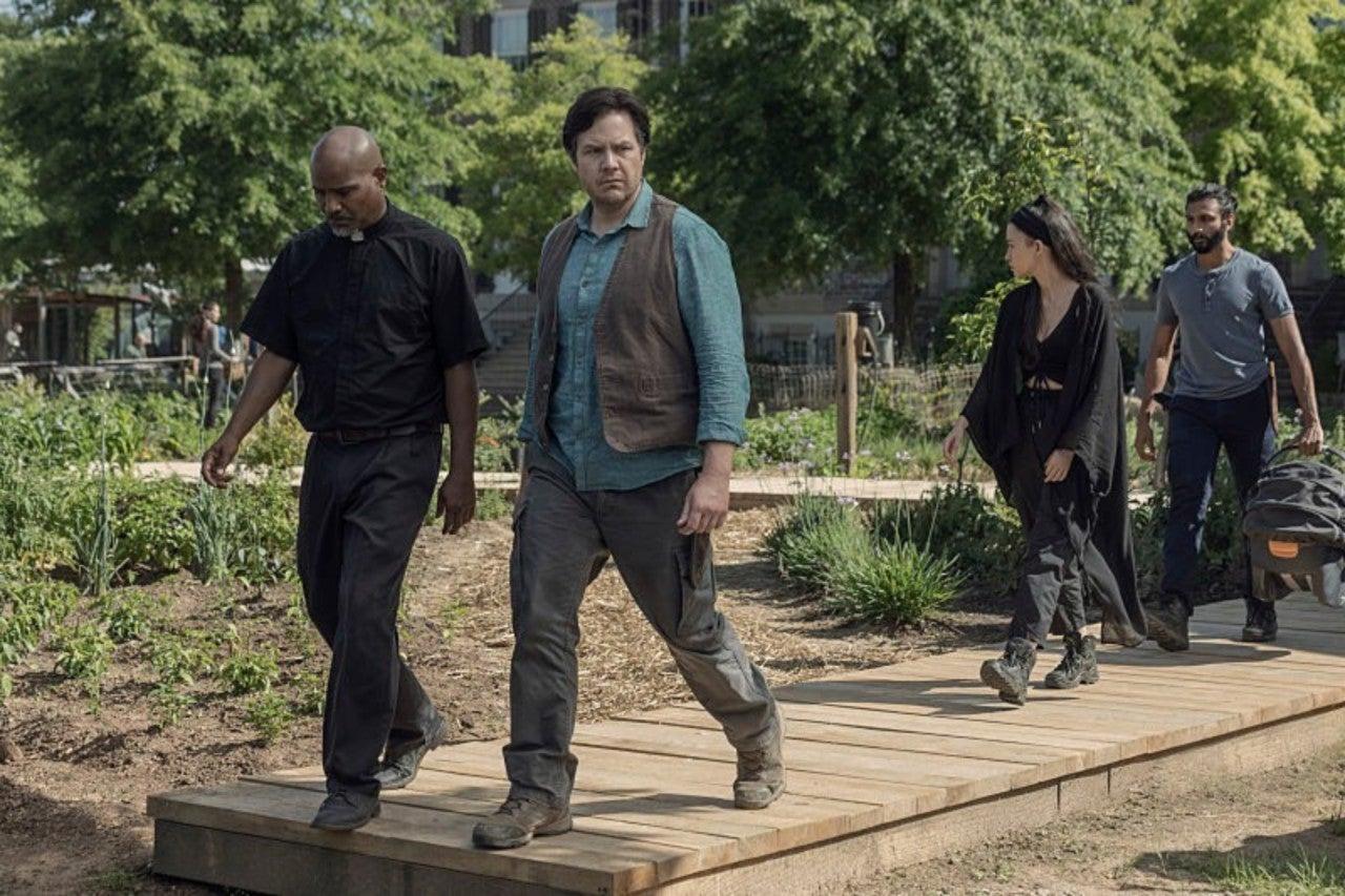 Rosita, Eugene, Gabriel y Siddiq, en el episodio 10x01 de The Walking Dead