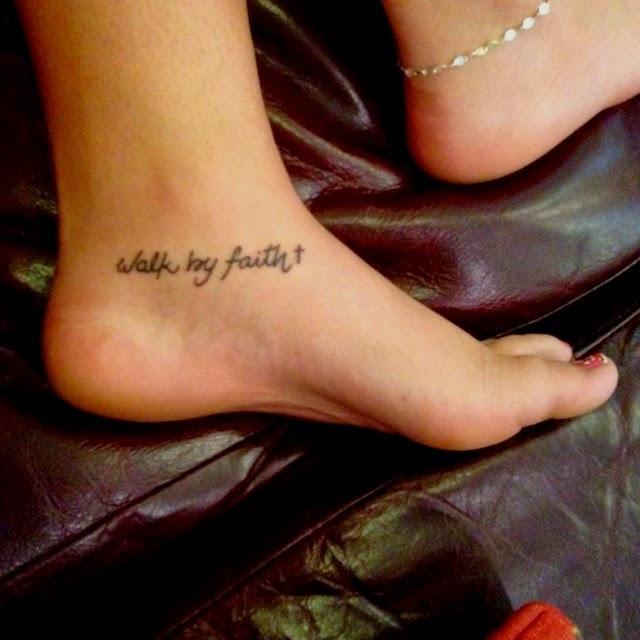 Vemos tatuajes femeninos para pies de frase caminando con fe