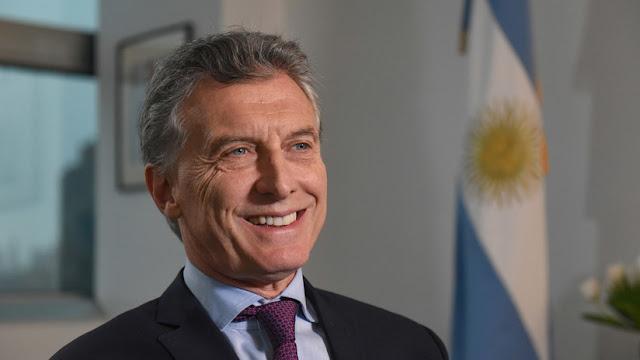 """De Menem a Macri: Condecoran al presidente argentino por sus """"extraordinarios logros"""